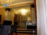 стеклянная перегородка с раздвижной дверью и рисунком
