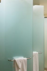 Сантехнические перегородки из стекла